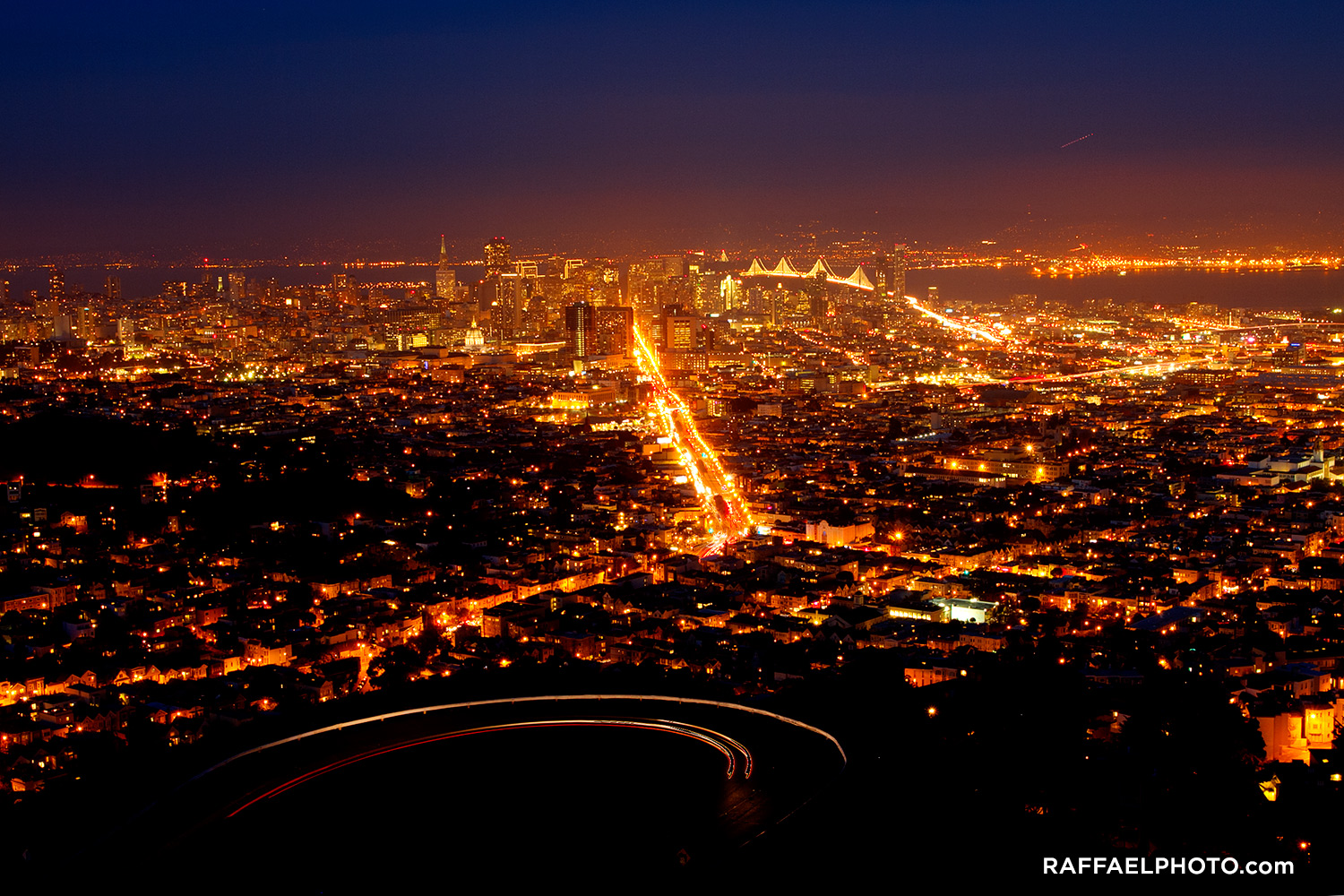 san_francisco_downtown_at_night_skyline_bay_bridge_raffael_dickreuter